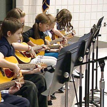 هنرجوی گیتار ٬ آموزشگاه موسیقی ٬ کلاس آموزش گیتار